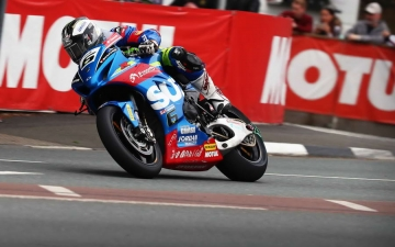 SUZUKI WINS SENIOR TT 10