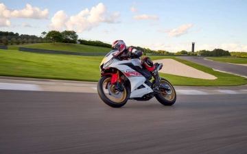 2022_YAM_YZF-R125SV_EU_BWCM_ACT_001_03_preview