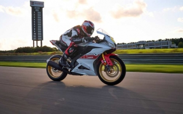 2022_YAM_YZF-R125SV_EU_BWCM_ACT_002_03_preview