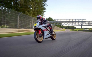2022_YAM_YZF-R125SV_EU_BWCM_ACT_003_03_preview