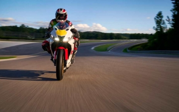 2022_YAM_YZF-R125SV_EU_BWCM_ACT_004_03_preview