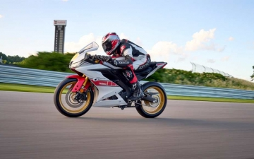 2022_YAM_YZF-R125SV_EU_BWCM_ACT_005_03_preview
