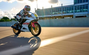 2022_YAM_YZF-R125SV_EU_BWCM_ACT_006_03_preview