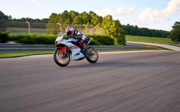 2022_YAM_YZF-R125SV_EU_BWCM_ACT_007_03_preview