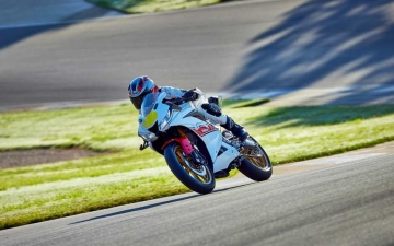 2022_YAM_YZF-R125SV_EU_BWCM_ACT_008_03_preview