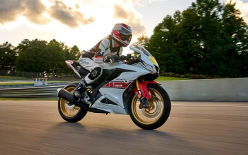 2022_YAM_YZF-R125SV_EU_BWCM_ACT_009_03_preview