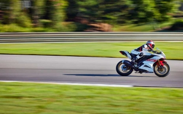 2022_YAM_YZF-R125SV_EU_BWCM_ACT_010_03_preview
