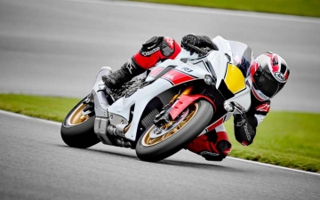 2022_YAM_YZF1000R1SV1_EU_SW_ACT_001_03_preview
