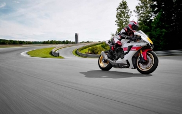 2022_YAM_YZF1000R1SV1_EU_SW_ACT_002_03_preview