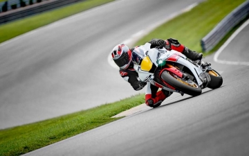 2022_YAM_YZF1000R1SV1_EU_SW_ACT_003_03_preview