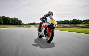 2022_YAM_YZF1000R1SV1_EU_SW_ACT_004_03_preview