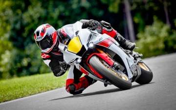 2022_YAM_YZF1000R1SV1_EU_SW_ACT_006_03_preview