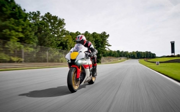 2022_YAM_YZF1000R1SV1_EU_SW_ACT_007_03_preview