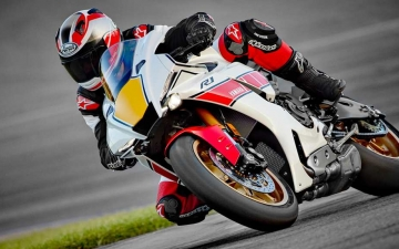 2022_YAM_YZF1000R1SV1_EU_SW_ACT_008_03_preview