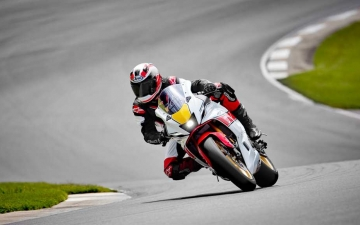 2022_YAM_YZF700R7SV_EU_SW_ACT_003_03_preview