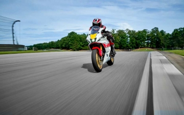 2022_YAM_YZF700R7SV_EU_SW_ACT_005_03_preview