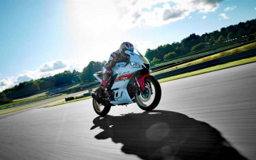 2022_YAM_YZFR320SV_EU_SW_ACT_001_03_preview