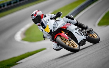 2022_YAM_YZFR320SV_EU_SW_ACT_002_03_preview