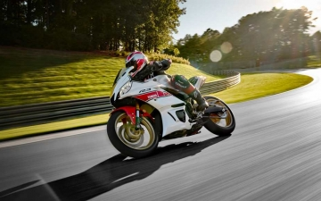2022_YAM_YZFR320SV_EU_SW_ACT_003_03_preview