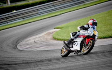 2022_YAM_YZFR320SV_EU_SW_ACT_004_03_preview