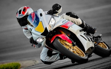 2022_YAM_YZFR320SV_EU_SW_ACT_005_03_preview