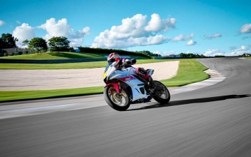 2022_YAM_YZFR320SV_EU_SW_ACT_006_03_preview