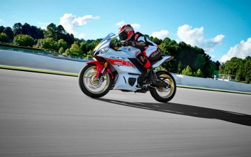 2022_YAM_YZFR320SV_EU_SW_ACT_008_03_preview